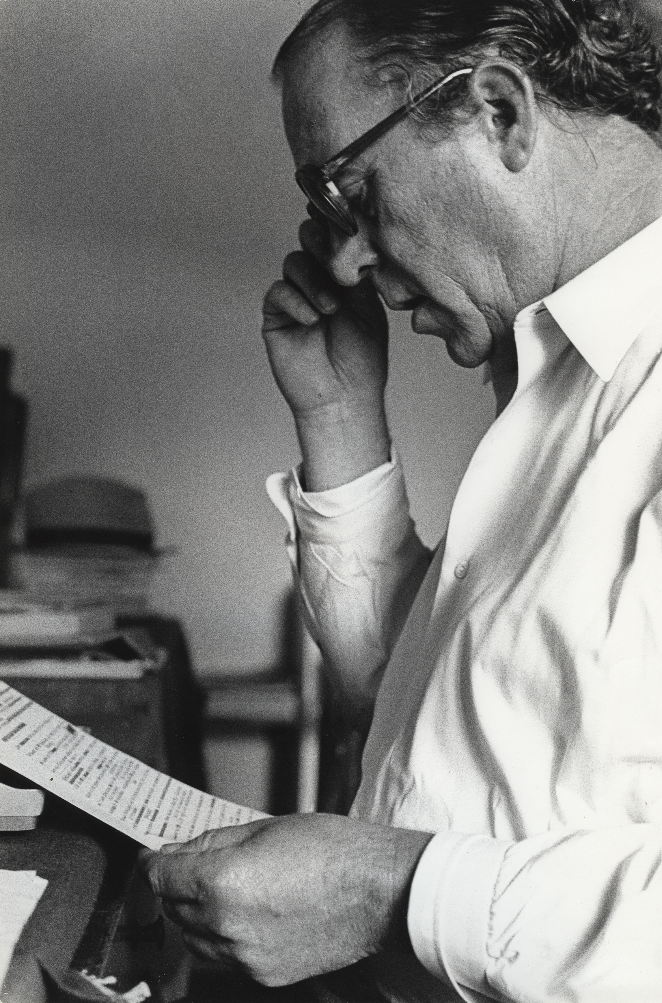 Heinz Held, Heinrich Böll mit Manuskript,1953. © Museum Ludwig, Köln