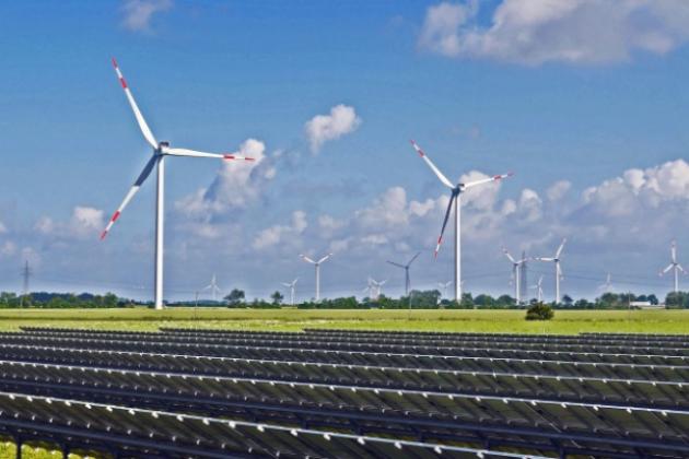 Champ de panneau solaire, éoliennes dans le fond
